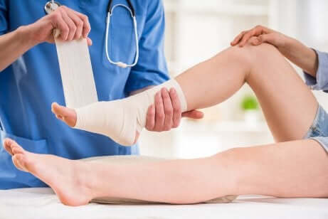 Dottore fascia caviglia paziente.