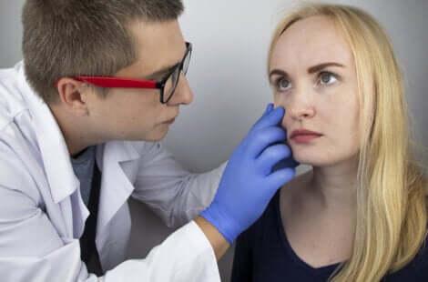 Dottore visita occhio paziente.