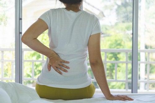 Donna con mal di schiena.