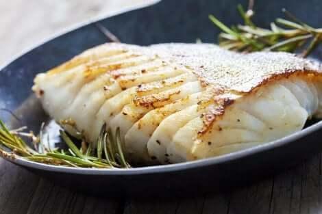 Cibi poco cotti: pesce bianco con rosmarino.