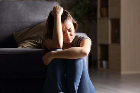 Autocompassione e ruolo della vittima: ragazza disperata.