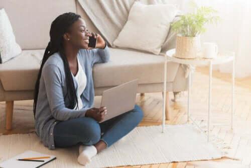 Sedersi per terra: benefici e precauzioni