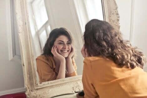 Ragazza che sorride allo specchio.