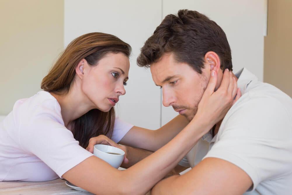Conforto tra partner per aiutare una persona ansiosa.