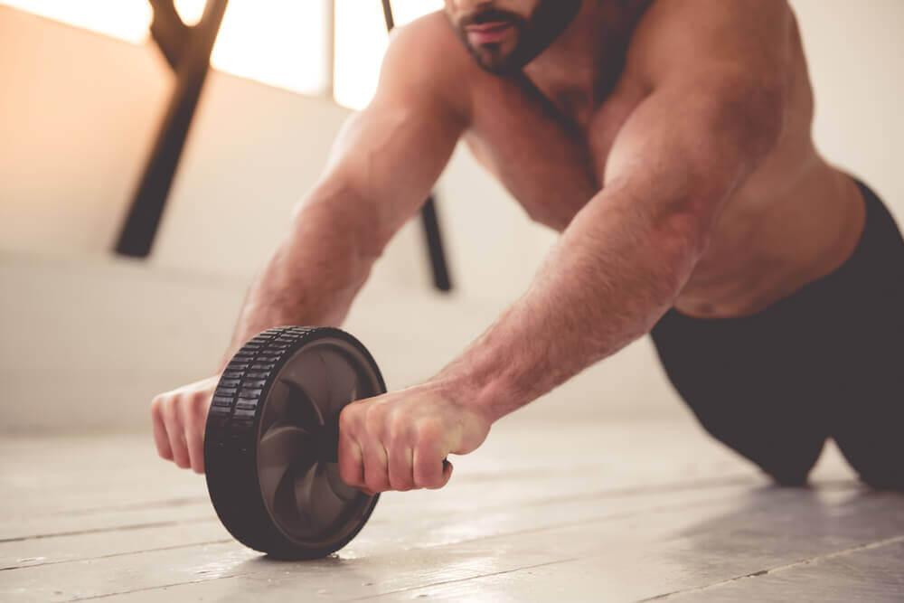 Uomo che fa esercizio fisico.