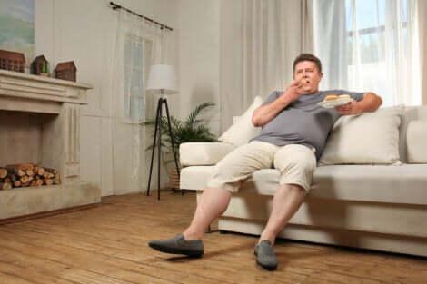 La sedentarietà è una delle cause del gonfiore addominale.