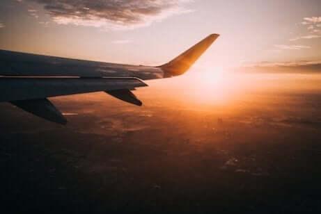 Aereo che si staglia contro il tramonto.