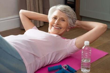 Donna fa esercizi addominali.