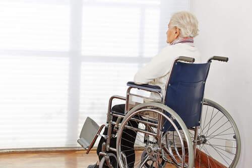 Anziana su una sedia a rotelle.