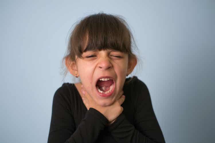 Bambina con lisca di pesce incastrata in gola.