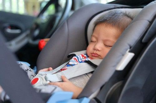 Bambino dorme in auto.