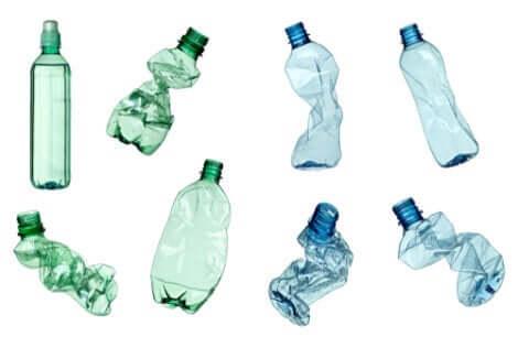 Bottiglie e inquinamento da plastica.