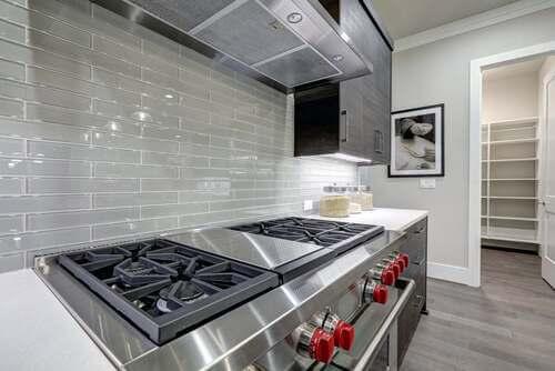 Dettagli metallici nelle cucine lineari.