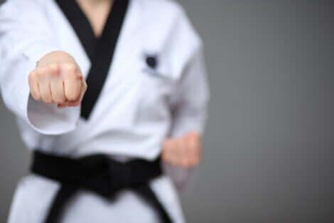 Uomo pratica il karate.