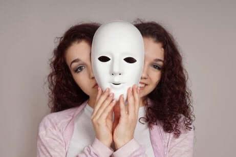 Donna bipolare con maschera.