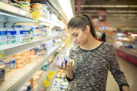 Donna legge prodotto supermercato.
