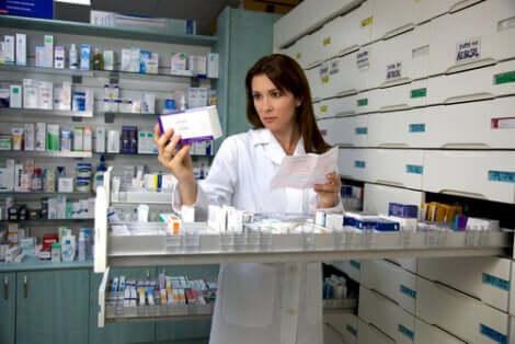 Farmacista al lavoro.