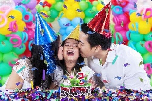 Festeggiare il compleanno dei bambini.