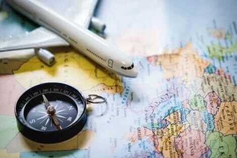 Mappa modellino di aereo e bussola.