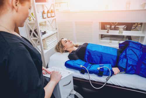 Donna che si sottopone a pressoterapia.