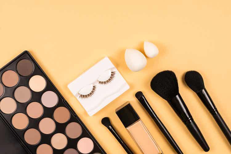 Pennelli e altri prodotti per il make-up.