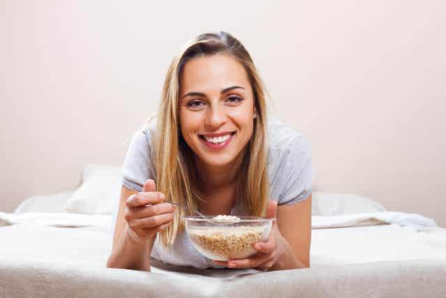 Ragazza sorridente che mangia.