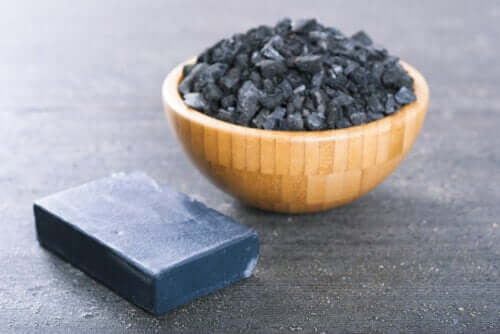 Fare il sapone al carbone attivo: 2 metodi