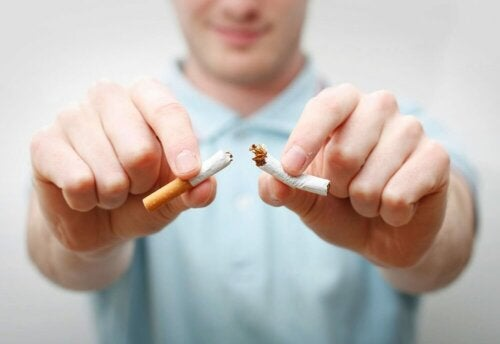 Uomo che rompe sigaretta.