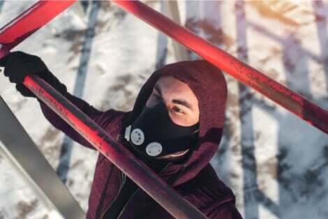 Maschere per allenamento: uomo che si allena indossando una maschera.