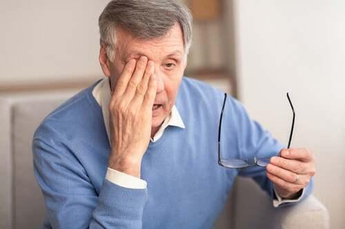 Uomo con glaucoma.
