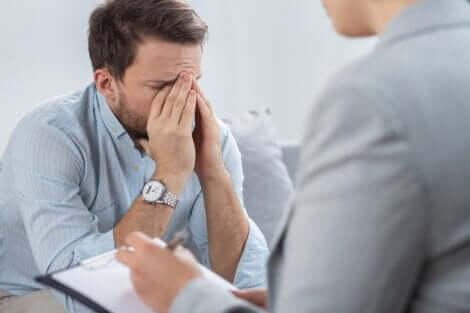 Uomo preoccupato per la sindrome da ubriachezza secca.