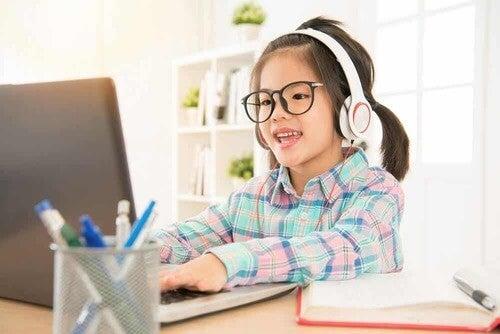Bambina che usa il computer.