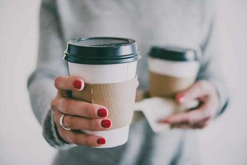 Donna con un caffè in mano.