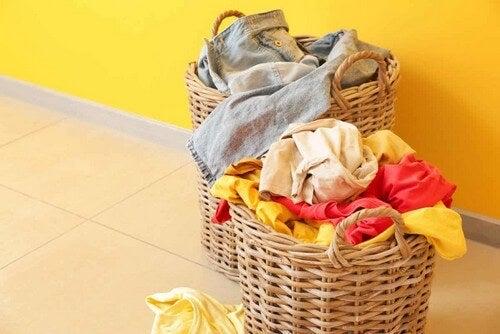 Cesta degli indumenti da lavare.
