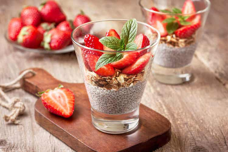 Chia pudding con topping fragole.