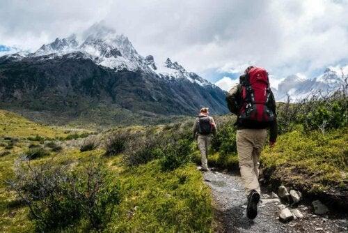 Coppia che fa trekking.