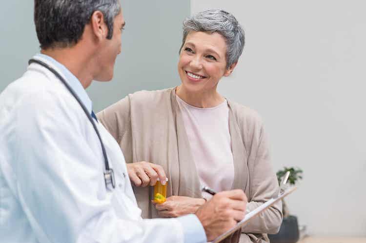 Donna consulta il medico in merito alla menopausa.