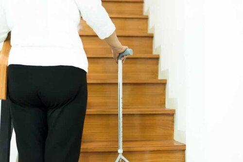 Donna anziana che sale le scale.