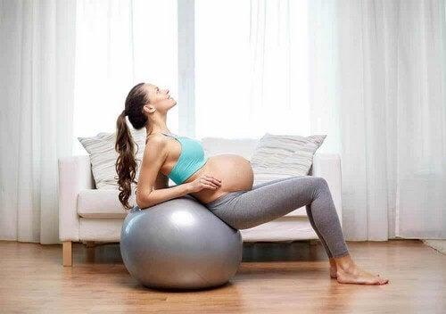 Donna atletica in gravidanza.