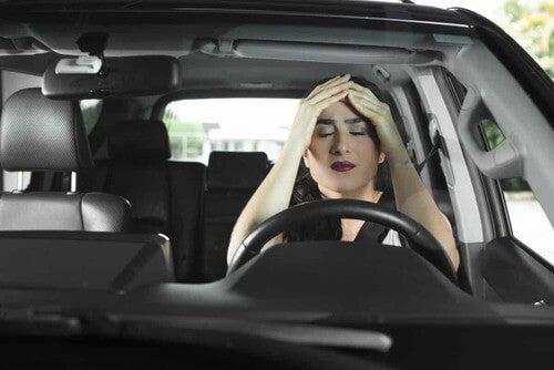 Donna stanca al volante.