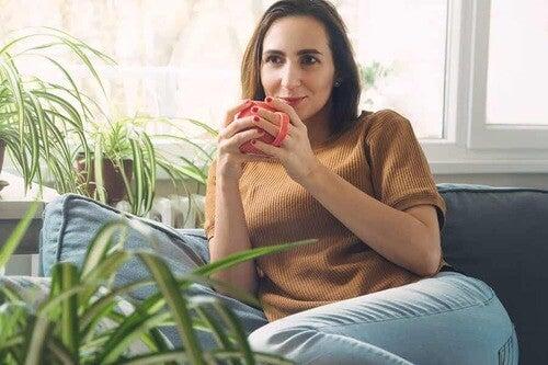 Donna con una tazza di caffè.
