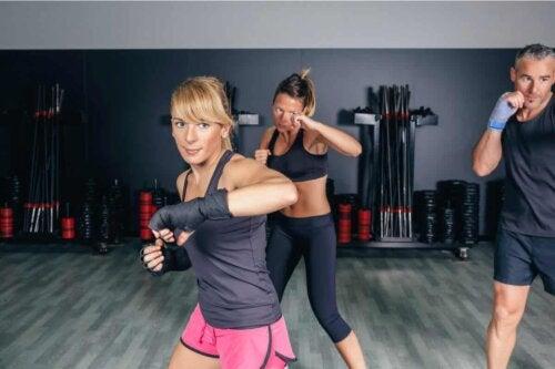 Donne praticano il fitboxing.