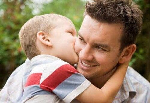 Figlio che bacia il padre.