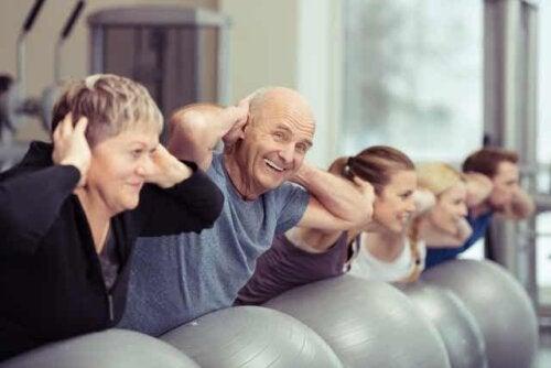 Gruppo di ginnastica con anziani e giovani.