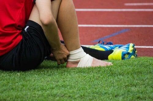 Infortunio alla caviglia destra nel calcio.