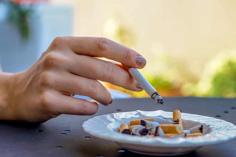 Mano femminile con sigaretta.
