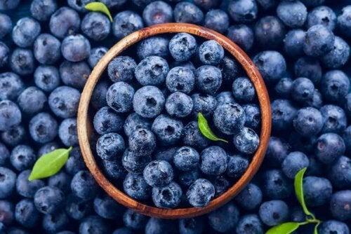 Mirtilli tra la frutta a basso contenuto di carboidrati.