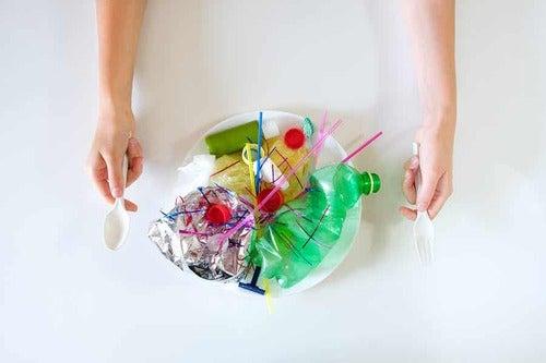 Piatto pieno di plastica.