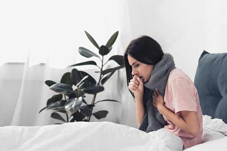 Ragazza a letto con influenza.