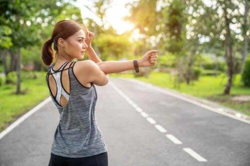 Benefici dello sport contro l'ansia e il panico: ragazza che fa stretching.